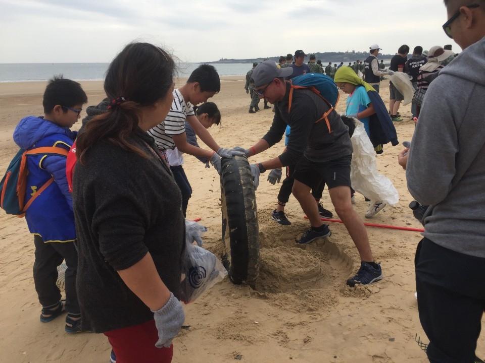 響應金秋環境季 五鄉鎮2千人參加海漂垃圾清除活動。(記者吳旻高翻攝)