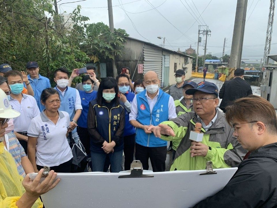 韓國瑜視察岡山潭底排水工程 居民肯定退水速度提升。(特派員林惠貞翻攝)